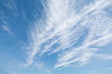 青空と筋状の雲