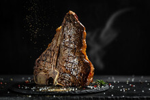 Aged Barbecue Porterhouse Steak. Beef T-Bone Juicy Steak Rare Beef With Spices. American Cuisine. The Concept Cooking Meat. Medium Rare Grilled T-Bone Steak, Barbecue Aged Wagyu Porterhouse