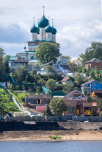 Casas E Iglesia Ortodoxa A Orillas Del Río Volga En Rusia