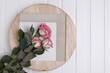 Róże różowe trzy na drewnianej jasnej desce