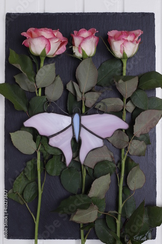 Obraz Róże różowe i różowy szklany motyl - fototapety do salonu