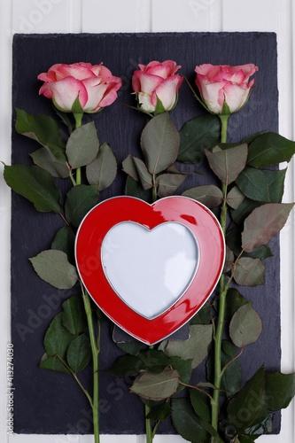 Fototapeta Serce ramka czerwone i trzy różowe róże obraz