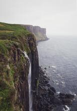 Cascata Su Scogliera Di Roccia Nera Sull'isola Di Skye In Scozia