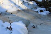 Eiszeit Im Winter Mit Schnee In Der Landschaft Und Im Wald Eingeforener Wasserfall Mit Eiszapfen Und Eingeforenem Wasser