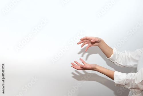 mani che creano forme di ombre su muro bianco Fototapet