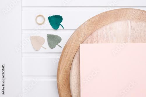 Fototapeta Stół drewniany biały listki i okrągła jasna deska obraz