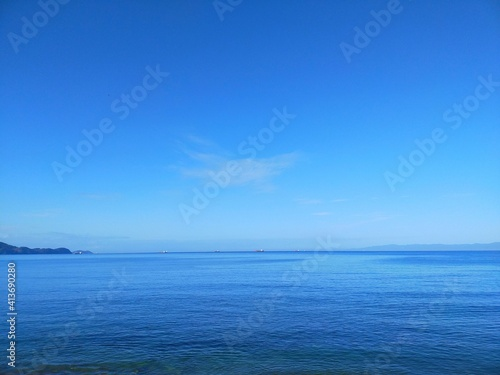 Obraz na plátně 晴れた夏の日の青空と穏やかな海と水平線の風景