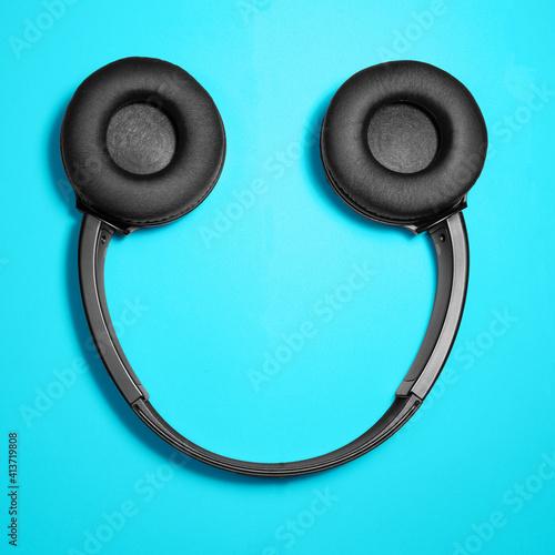 Obraz słuchawki bezprzewodowe uśmiechnięta twarz - fototapety do salonu