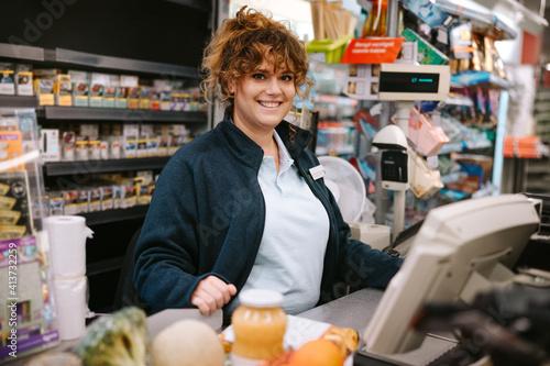 Photo Woman cashier at supermarket