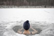 Kąpiel W Przeręblu Przy Minusowej Temperaturze