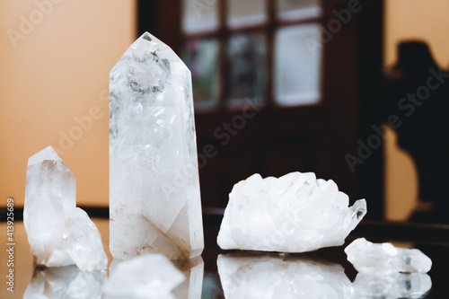 Foto White crystals of various sizes for healing