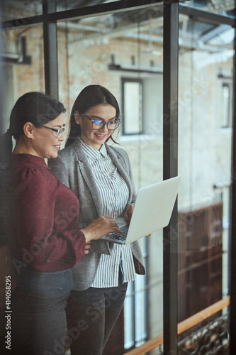 Papel de parede Two females working together at business project