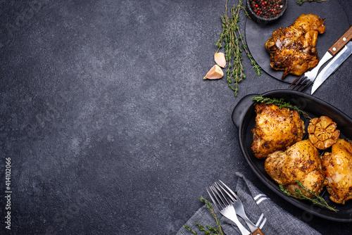 Obraz Grilled chicken thighs with garlic - fototapety do salonu