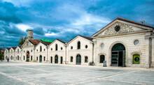 Nubes De Tormenta Que Contrastan Sobre Las Fachadas Blancas De Unos Antiguos Edificios Industriales Reconvertidos