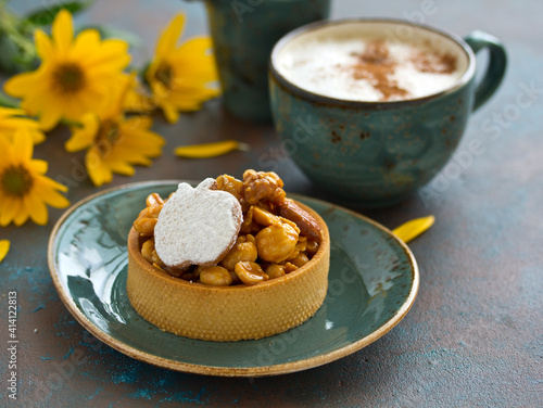 Fototapeta Tartlet with nuts and caramel. obraz