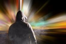 Ein Mann Mit Kapuze Steht Vor Einem Grellen Licht