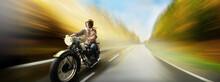Altes Motorrad Mit Junger Bikerin Fährt Schnell Auf Nasser Landstraße Und Die Landschaft Zieht Vorbei.