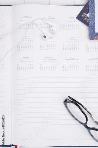 Obraz Kalendarz organizer słuchawki douszne praca - fototapety do salonu