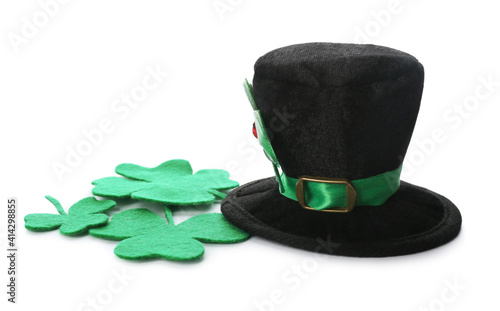 Fototapeta Leprechaun's hat and decorative clover leaves on white background. St. Patrick's day celebration obraz