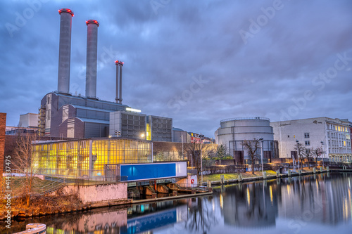 Foto Cogeneration plant at the river Spree in Berlin at twilight