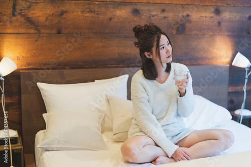 Fotografie, Tablou 朝起きて水を飲む女性