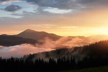 Bel Tramonto In Montagna. Paesaggio Con La Luce Del Sole Che Splende Attraverso Le Nuvole E La Nebbia Arancione.