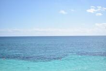 Paisaje Del Mar, Con Dos Tonalidades De Azul En Día Soleado