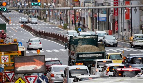 朝の名古屋市の通勤道路の車の渋滞の様子 Fototapet