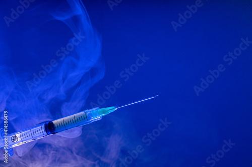 Obraz Jeringa hipodérmica para vacuna con fondo azul - fototapety do salonu