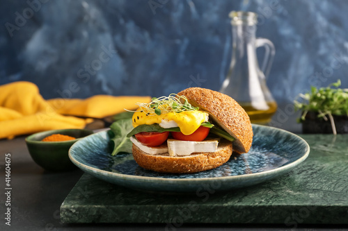 Fotomural Plate with tasty burger and florentine egg on color background
