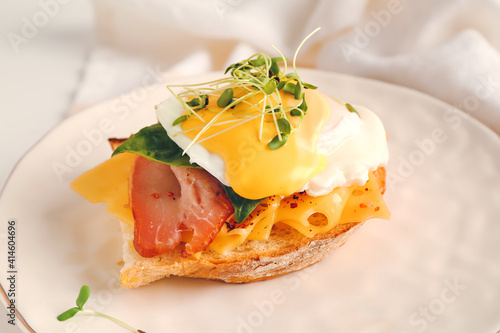 Canvas Print Tasty sandwich with florentine egg and bacon on plate, closeup