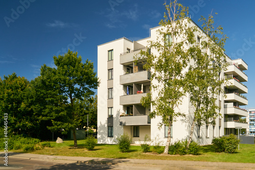 Fototapeta Modernes Mehrfamilienhaus im grünen Wohngebiet obraz