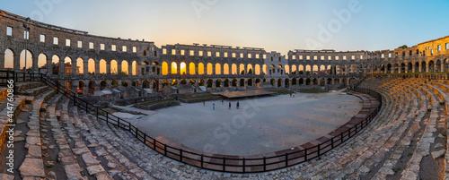 Fotografiet Sunset inside Roman amphitheatre in Pula, Croatia