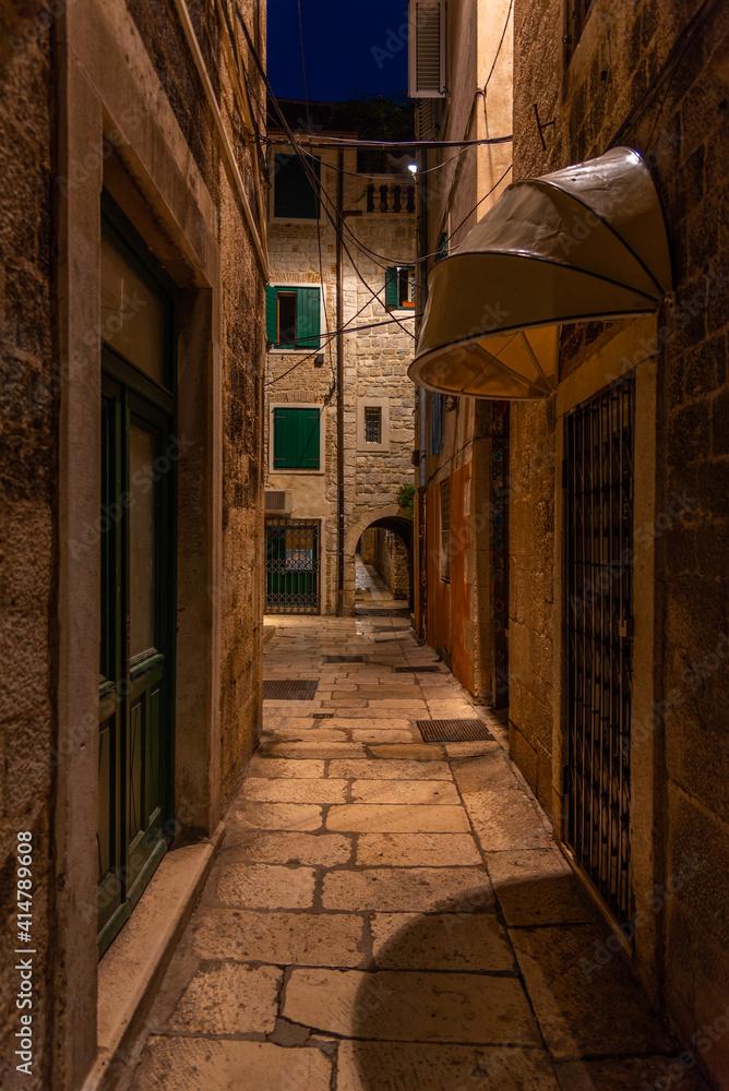 Fototapeta Sunrise view of a narrow street in the historical center of Croatian town Split