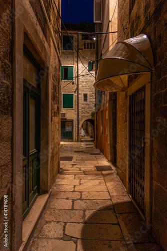 Fototapeta Sunrise view of a narrow street in the historical center of Croatian town Split obraz