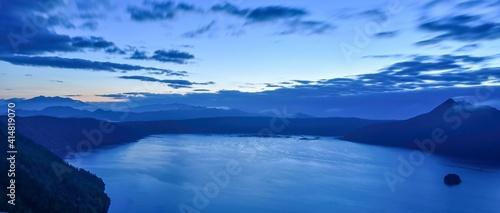 Photo 夜明け前の摩周湖のパノラマ情景@北海道
