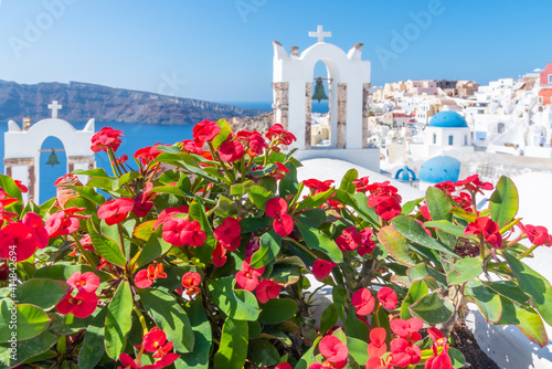 Photo Churches and blue cupolas of Oia town at Santorini, Greece