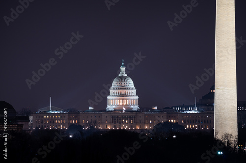 Canvastavla View of the US Capitol building and the Washington Monument at night