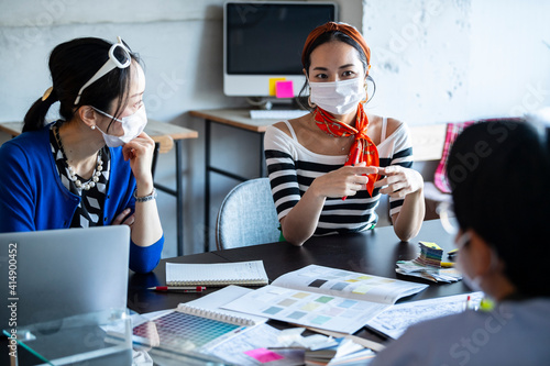 マスクをしてミーティングをする、コロナ禍での働く風景