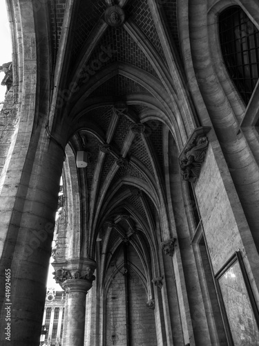 Black and white capture of vaulted archway ceilings off the Grand Place in Bruss Poster Mural XXL