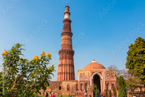 Obraz na plátně Qutub Minar a highest minaret in India standing 73 m tall tapering tower of five storeys made of red sandstone