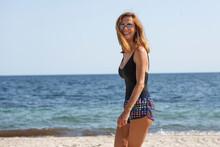 Ragazza In Costume Da Bagno Si Rilassa In Spiaggia Al Mare