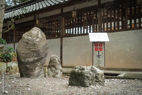 Stampa su Tela 滋賀県近江八幡市にある沙沙貴神社の西回廊の前にある女石