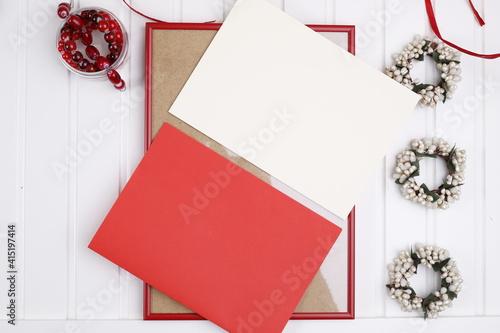 Obraz Kartki czerwona i biała na czerwonej ramie - fototapety do salonu