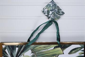 Torebka tekturowa w liście zielone prezent