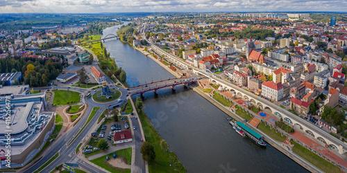Fototapeta Panoramiczny widok z lotu ptaka na Wieżę Dominanta, Most Staromiejski i Bulwar w centrum miasta Gorzów Wielkopolski obraz