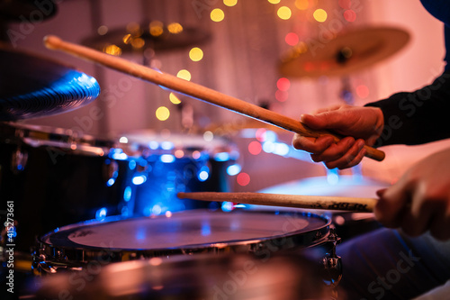 Canvas Print Close up on hands of unknown caucasian woman with drumsticks - unknown female pl