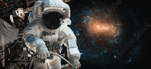 Valokuva Astronaut spaceman do spacewalk while working for space station in outer space