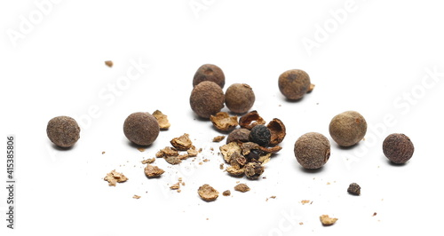 Papel de parede Allspice, pimento spice crushed,  Jamaican pepper and shavings isolated on white