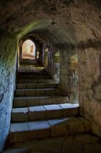 Vista De Las Escaleras De Las Mazmorras Del Castillo De Santa Maria Da Feira Con La Iluminación Que Entra Del Exterior A Través De Las Troneras De La Fortaleza.